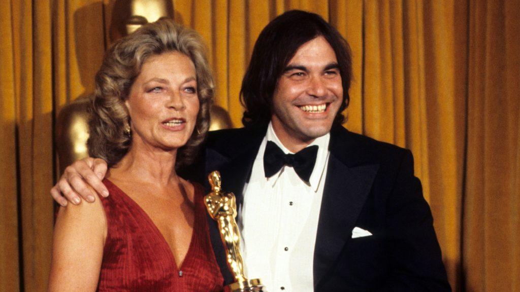 Oliver Stone reçoit son premier Oscar des mains de Lauren Bacall (crédits : Getty Images)